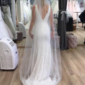 1c4f0c68 Smuk brudekjole fra Beautiful by Enzoani samt blødt langt slør i længde 230  cm. Ingen