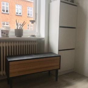 Vildt smart og praktisk møbel. Har været utrolig glad for den men har ikke plads i min nye lejlighed!  Skal have en lille klat maling. Købte den selv for 300kr   Mål  H:44 L:80 B:29