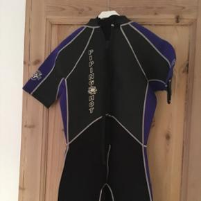 Våddragt. Piping Hot Wetsuit sælges. Importeret fra Australien. Str M. Dragten er med korte ben.  90% neopren og 10% nylon. Meget lidt brugt. Sælges da jeg ikke passer den længere. BYD ☺️