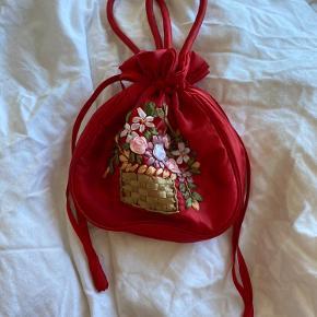 Sød lille rød task med blomsterkurv broderet med satinsbånd. God stand.