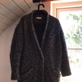 Jeg sælger min fine Iro Paris jakke, da jeg ikke får den brugt. Den er super fin og varm til en kold vinter. Den er virkelig behagelige og har ingen former slid.  returnerer ikke  Fragt betales af køber