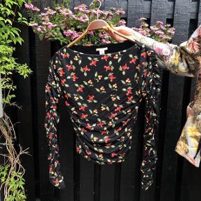 Fineste bluse fra H&M med kirsebær. Fejler igenting.