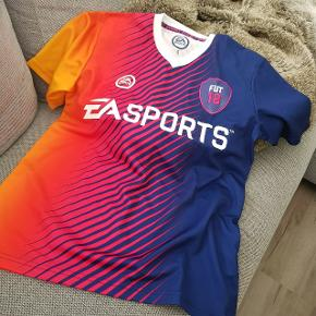 Fed FIFA 18 t-shirt fra EA Sports str S men passer min 14-årige dreng. Brugt en gang og fejler intet, np 249, sælges billigt :)
