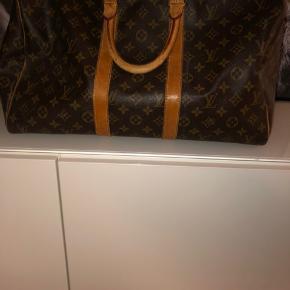 """Louis Vuitton Keepall   Lidt slidtage, samt et meget lille hul i den ene """"flap"""". Den har stadig meget god farve, og affarvning findes ikke på monogrammet. Strop og kvittering medfølger ikke. Skriv endelig for flere billeder!"""