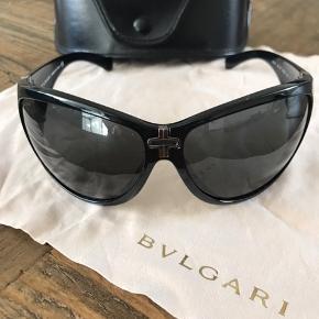 Bvlgari sorte solbriller, i super fin stand. Incl. pudseklud og etui.