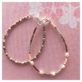 Perlearmbånd af miyuki perler 🐚 5 mini ferskvandsperler Mål: 16,5 cm Lås: forsølvet messing 💵💌 Prisen er pr styk (armbåndet på første billede) inkl Porto med postnord