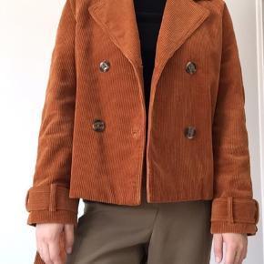Jeg sælger denne jakke købt for et par måneder siden. Desværre får jeg den ikke brugt, de jeg har lidt mange jakker. Super lækker og nærmest ubrugt