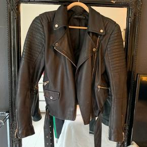 Cool læderjakke fra Zara i str L, men jeg er S/M og passer den perfekt. Den er i super god stand.