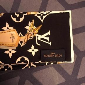 Sælger dette super fine Louis Vuitton tørklæde som både kan bruge i håret, i en taske og som bælte. Tørklædet er i fineste stand og kun prøvet på. Alt medfølger. Bud modtages. Tøklædet måler 120 x 8 og er 100% silke.