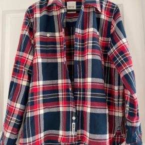 Så god som ny- er vasket en gang.  Wood Wood skovmands skjorte i 100% bomuld (minder om denim kvalitet) god som skjorte, trøje, sommerjakke.