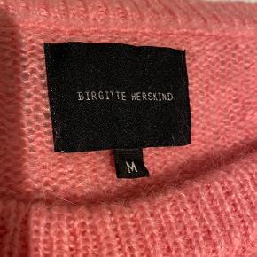 Sægler denne super flotte trøje fra Bergitte Herskind, da jeg ikke for den brugt. Det er en str M men passer alt fra Xs - L   Den er gået med få gange, men har ingen tegn på slid altså pletter eller huller.