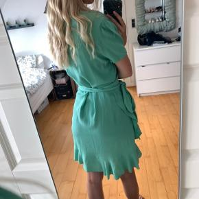 Flot slå om kjole med pufærmer fra samsøe og samsøe i str S.  Kun vasket en gang.