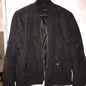 """Sælger denne """"jakke"""" da jeg ikke får den brugt. Den er lille i størrelsen og kan passes af en xs/s"""