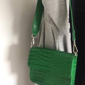 Jeg sælger denne taske, da jeg aldrig har fået den brugt. Har brugt den to gange og ellers ikke. Købte den for 499