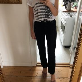 Højtaljede jeans med lidt svej  Fremstår som næsten nye Str FR36 - passer str 25/26 i jeans. Jeg er str 26.   100% cotton  Livvidde: ca 2x35 cm  Indvendig benlængde: ca 71 cm Udvendig benlængde: ca 99 cm  Sælger dem også i blå på egen annonce   Bytter ikke