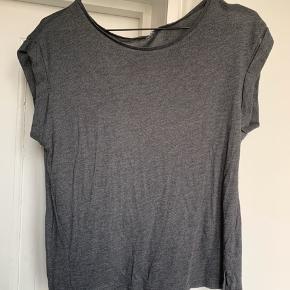 H&M t-shirt med opsmøg ved ærmet. Str. S.