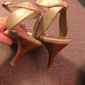 Flotte heels fra Sofie Schnoor i str 39 Farve Guld/beige Næsten som nye fraset lidt slid under såler Tag en gratis gave med til værdi af max 25 kr