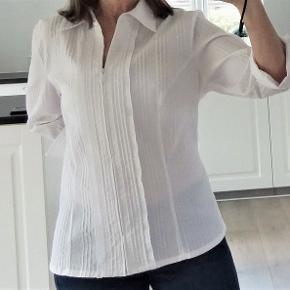 Skjorte, Brandtex, str. 40, Hvid, 55 % bomuld 42 % polyester 3 % elastane, Ubrugt  Har kostet 399 kr  En super flot og smart hvid faconsyet skjorte bluse med lynlås og trekvart ærme  Det er en rigtig god kvalitets skjortebluse i strækstof som gør den behagelig elastisk at have på  Den er i 55 % bommuld 42 % polyester og 3 % elestan Kommer fra ikke ryger hjem    GRATIS FRAGT    GRATIS FRAGT   Sender gerne og tranado giver hele efterårsferien dig gratis forsendelse, når du handler for mere end 100 DKK på Trendsales – fra lørdag d. 12/10 til søndag d. 20/10 kan du handle løs uden at skulle tænke på forsendelse.  derefter koster fragten 33 kr