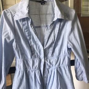 Super fin sommer skjorte kjole fra HM i hvid og lyseblå. Str 36.  Brugt et par gange men fejler intet.  Nypris 450kr Bytter ikke!!