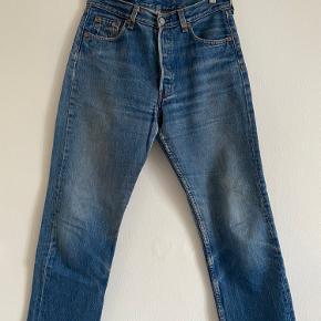 Fede Levis 501 str w30/L30. Vintage Levis er typisk små i størrelsen - disse måler 38cm i taljen, kan bruges som reference til andre jeans, der passer dig. Der er lidt slid mellem lårene, men ellers i god stand.