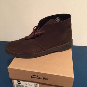 Klassiske Clarks Desert Boots i brun ruskind.Brugt 5 gange og i glimrende stand. Str. UK 6.5 = EU 40