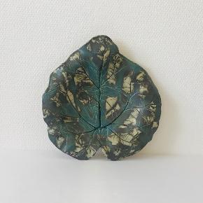 Det skønneste keramiske blad! Længde: 30 cm Bredde: 29 cm Højde: 6 cm