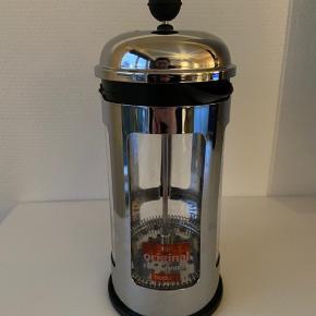 Næsten ny stempelkande fra Bodum (klistermærke sidder stadig på) med plads til 8 kopper. Nypris 500 kr.    Se også mine andre annoncer