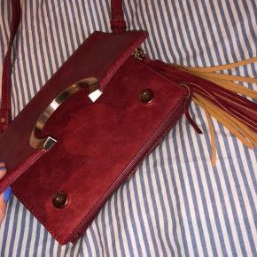 """Taske købt på ferie.  To lommer i tasken. En med lynlås og en """"dankort-holder""""."""