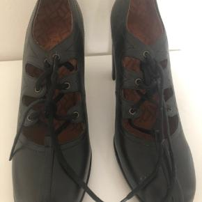 Fine høje sko fra chie. Klassisk m lidt detaljer.