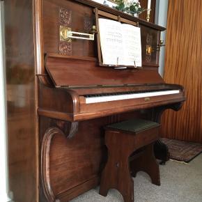 Et fint klaver fra Søren Jensen. Af den gode gamle slags.  Bud modtages.