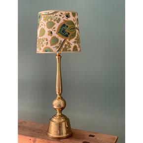 Den fineste lampe i messing med original fatning, skærm medfølger // H: 52 x Ø: 14 cm (fod) // har en vertikal flænge i foden (se billede) // 140cm ledning