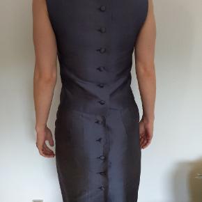 Flot skræddersyet sæt med nederdele og top i blå/gråt silke sælges da jeg desværre ikke kan passe det længere. Passer en XS eller lille S