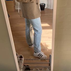 Weekday jeans i modellen ROW, str 29/30. Godt brugt, men fejler umiddelbart intet.