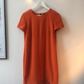 kort orange kjole fra Topshop str. 38. Stilen er ret 60'er agtig i snittetBrugt enkelte gange og i rigtig fin stand.