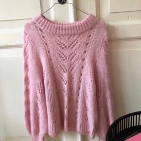 Sælger den populære lyserøde striktrøje fra H&M. Brugt få gange.  Passer en L/XL - eller mindre størrelser som oversize.  BYTTER IKKE!