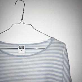Blå/hvid stribet bluse fra VERO MODA.  (Pletterne på blusen er blot vand fra min damper).