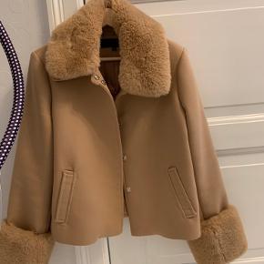 Rigtig fin meotine frakke i camel. Nærmest ingen tegn på slid udover den lille syning, som er gået op i ryggen.
