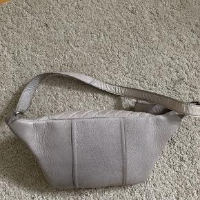 Fin bæltetaske i læder  Ca 30x17  Go plads i den :)
