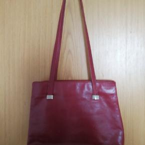 Fin taske fra Nicoli i rød sælges. Tasken har patina! Ses og købes i Kolding :)
