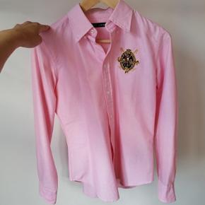 Klassisk Ralph Lauren polo skjorte.   Jeg har fået den i gave, og den har aldrig været brugt. Den er ikke slim fit, så en smule løs for en small.