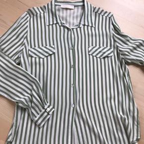 Let og smuk skjorte fra V.Milano Italy.  Farve: støvet grøn og og hvid  Brugt få gange  Italiensk model så lidt mindre i størrelsen. Jeg er en str. L og denne er str. XL. Husk at prisen er inkl. Forsendelse med DAO