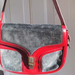 Meget flot og rummelig vintage 70'er taske med lædder og ruskind i sort og rød. Hanken kan justeres i længden