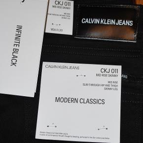 CK mid rise jeans i farven infinite black 94% bomuld, 4% polyester, 2% elastan ubrugte med tags på