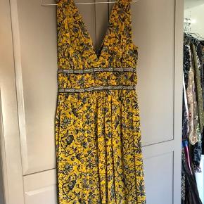 Fin kjole fra Isabel Marant Etoile i blomstret print og med dyb udskæring. Perfekt sommerkjole. Brugt 2 gange