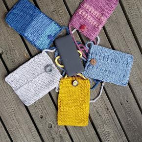 Tasker til mobilen! 40 kr. pr. stk. En lille taske som et ekstra pift til kjolen👗. Eller brug den, når du skal have mobilen med på en gåtur 😊
