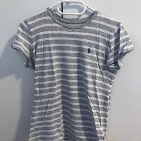T-shirt fra Ralph Lauren. Blusen er af blødt stof og er tætsiddende   Brugt 2 gange og fejler intet