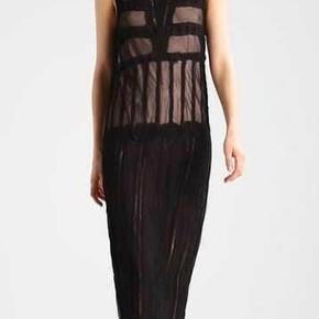 Smuk kjole med yderkjole i sort og underkjole i farven nude - smuk detalje.  Kjolen har rå kanter.  Aldrig brugt.  Nypris 3000,-  Bytter ikke
