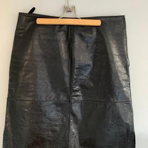 Mads Nørregaard læder nederdel strl 38 men kan også passes af en 40.