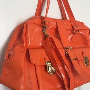 Vanvittig lækker latex taske, købt i vintage butik i Roskilde. Sælger, da den ikke bliver brugt så ofte længere.  Den lange crossbody - strop kan tages af, så tasken passer til den enkeltes behov.  Byd💗