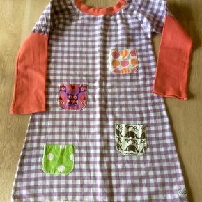 Brand: Just for girls Varetype: Lomme-kjole. Farve: Se foto Oprindelig købspris: 250 kr.  Super lækker kjole, der er helt ny, dog vasket en enkelt gang.   Prisen er 80 kr. Pp.